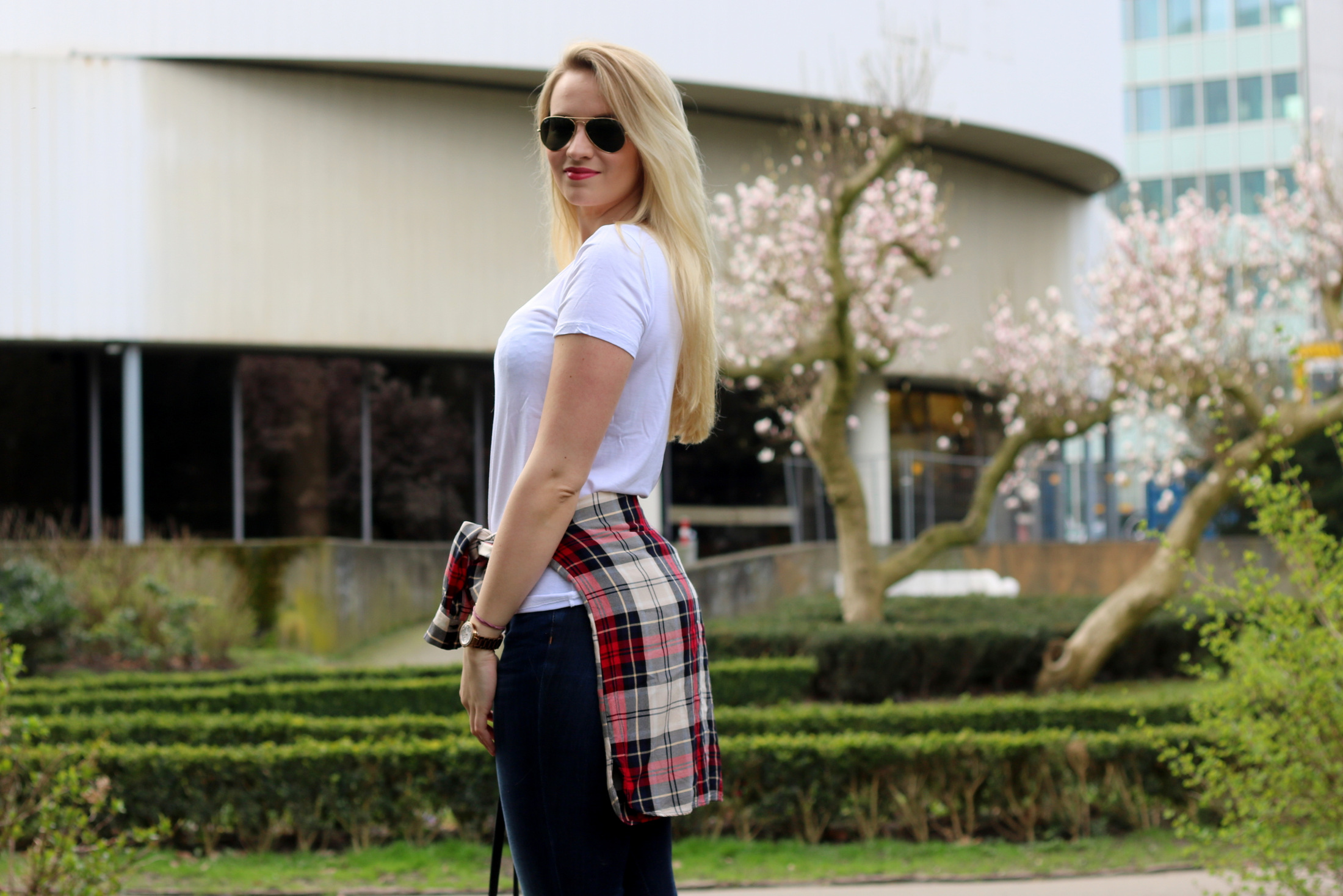 plain-shirt-white-tee-jeans-casual-look-outfit-ootd-blogger-mrsbrightside (2)