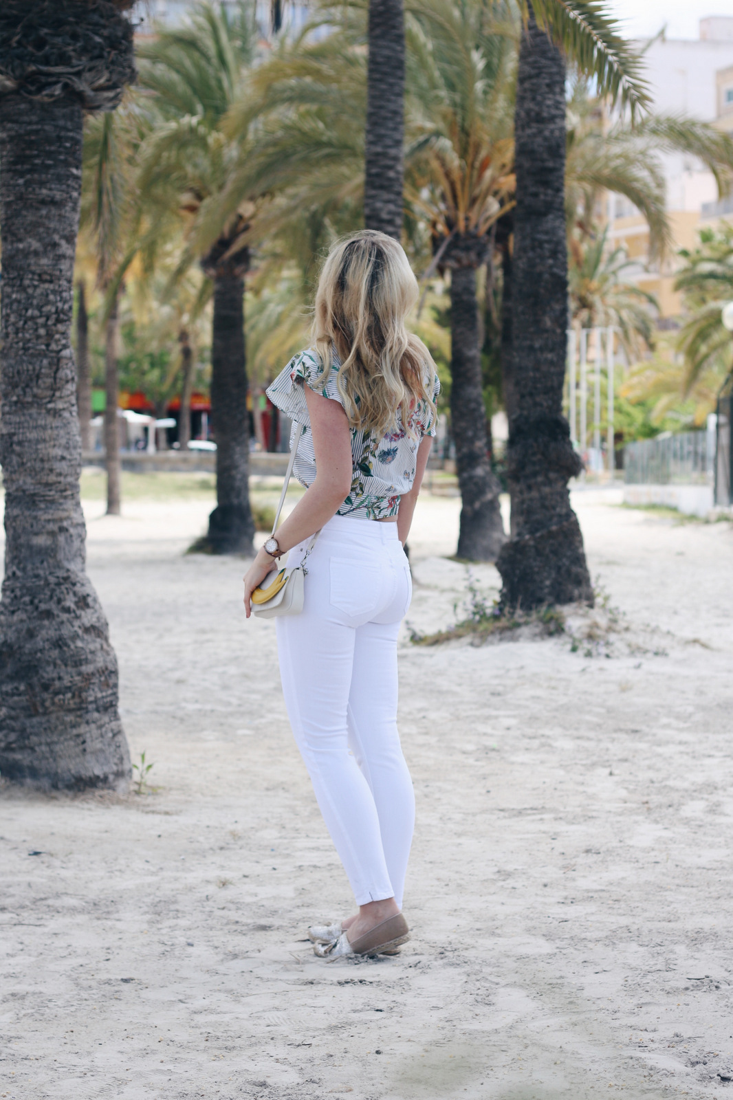 mrsbrightside-rosavivi-weiße-jeans-skinny-zara-top-floral-jungle-tropical-rayban-espadrilles-outfit-blogger-look-mallorca-palma4