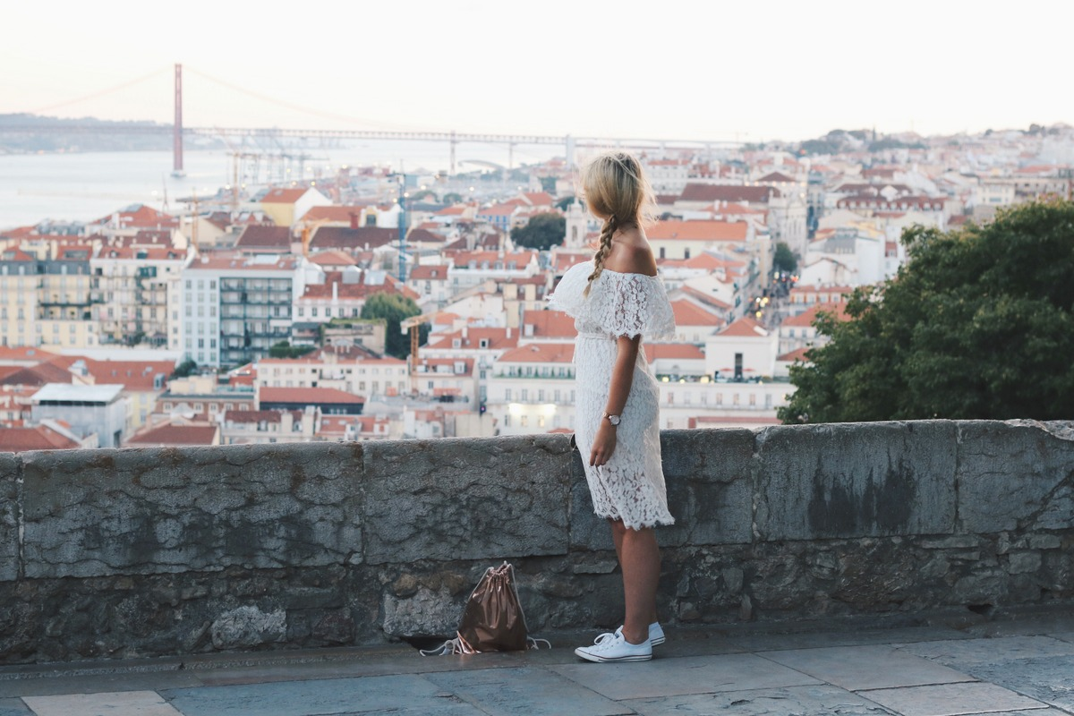 Blogger Mrs.Brightside Rosavivi White Dress Lace Weiß Spitze Kleid Lissabon Portugal Travel Outfit Look Summer Sommer 9