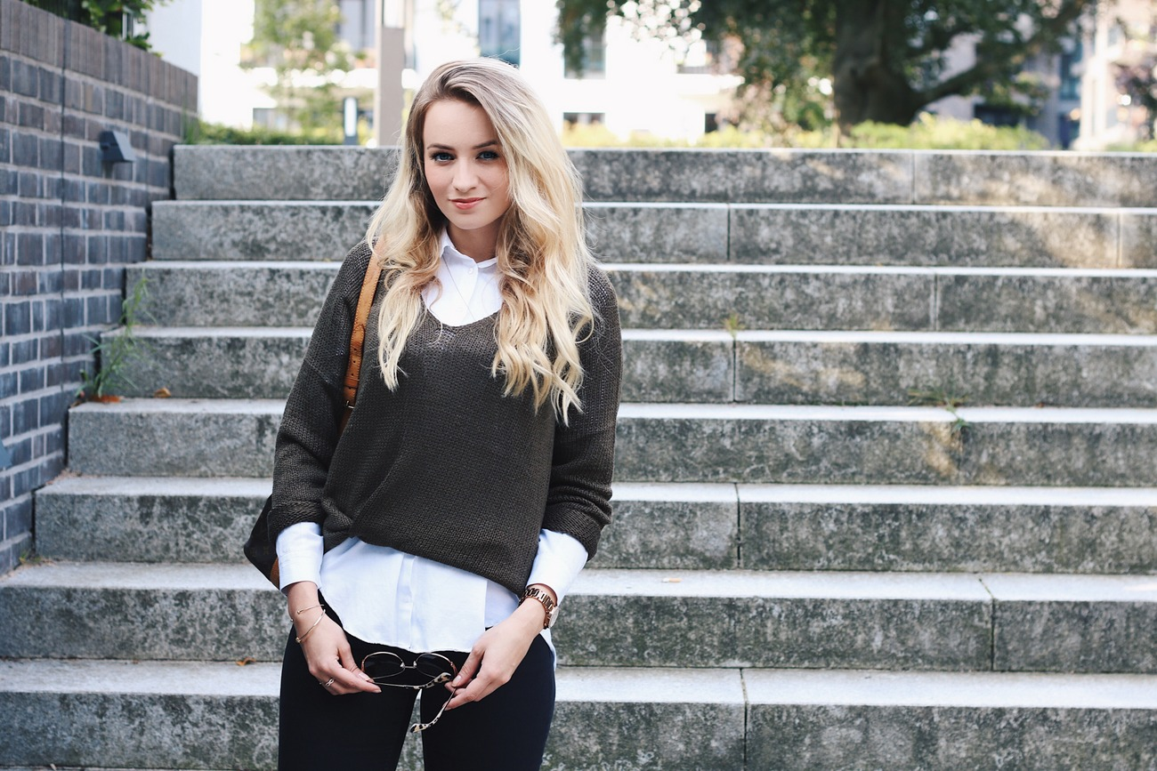 Herbst Trend Lagenlook Outfit Blogger Oliv Sweater Pullover Jeans schwarz Bluse Sac Noe Marc Cain Boots