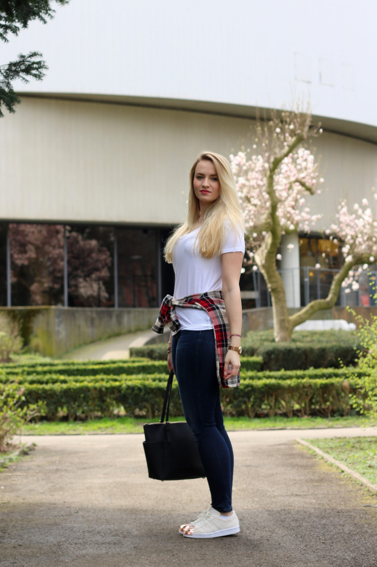 plain-shirt-white-tee-jeans-casual-look-outfit-ootd-blogger-mrsbrightside (1)