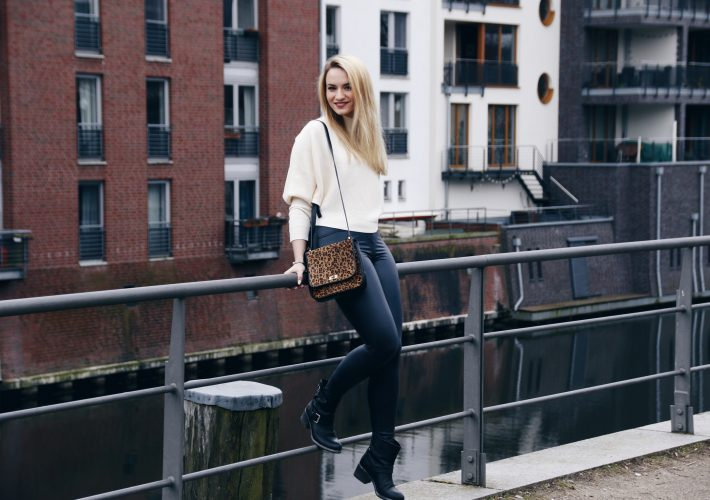 outfit-mrsbrightside-lederleggings-turtleneck-sweater-leobag-booties-look-spring