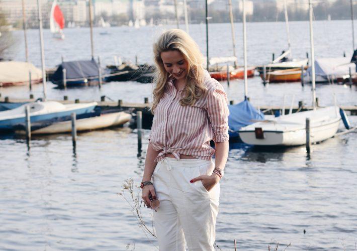mrsbrightside-outfit-frühling-spring-weiße-hose-rosa-bluse-streifen-adidas-gazelle-alster-hamburg-look