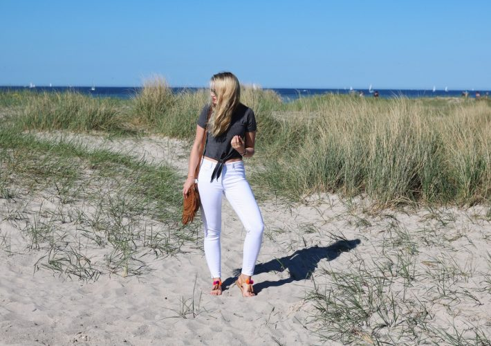 mrsbrightside-rosavivi-look-outfit-blogger-german-summerlook-sommeroutfit-ostsee-laboe-kiel-reise-travel-weiße-jeans-zara-shirt-aboutyou-bag-fringe-leder-rayban-michael-kors