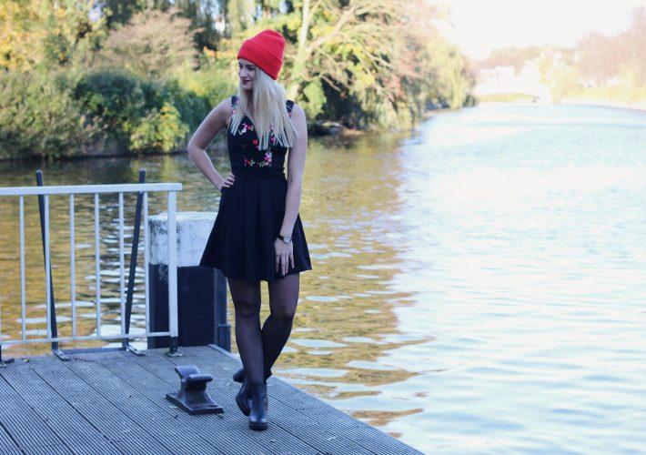 Mrs. Brightside Rosavivi Blogger Blog Hamburg Herbstlook Herbsttrend Rote Beanie besticktes Kleid Eggshape Mantel