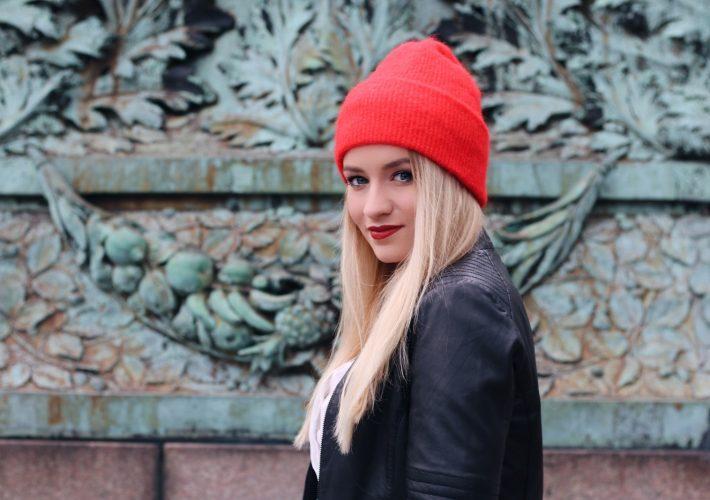 Mrs. Brightside Rosavivi Blogger Hamburg Blog Outfit Herbstlook Trend Statement Beanie Rot Samsoe Samsoe Levis Embroidered Jeans Bluse Lederjacke 5