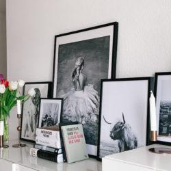 Schwarzweißfotografie im Büro – Bilderwand-Inspiration
